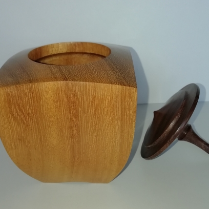 Lid made as a spinning top